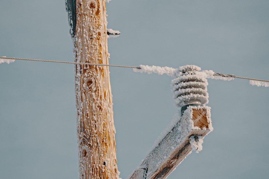 Câbles électriques sous la neige